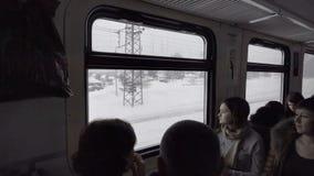 Passagiere des Vorstadtzugs stock footage