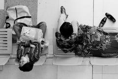 Passagiere, die Abfahrt/auf Durchfahrt warten Lizenzfreie Stockfotos