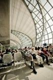 Passagiere, die auf Abfahrt warten Stockbild
