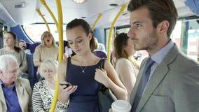 Passagiere, die auf beschäftigtem Pendler-Bus stehen stock footage