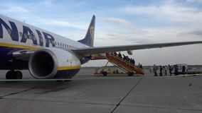 Passagiere, die auf den Flugzeugen der Billigflugliniefirma Ryanair verschalen stock video