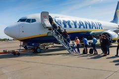 Passagiere, die auf den Flugzeugen der Billigflugliniefirma Ryanair verschalen Lizenzfreies Stockfoto