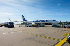 Passagiere, die auf den Flugzeugen der Billigflugliniefirma Ryanair verschalen Stockbilder
