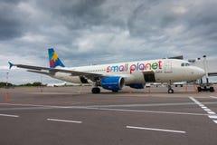 Passagiere, die auf den Flugzeugen der Billigflugliniefirma Ryanair verschalen Lizenzfreie Stockfotos
