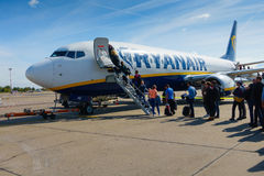 Passagiere, die auf den Flugzeugen der Billigflugliniefirma Ryanair verschalen Stockbild