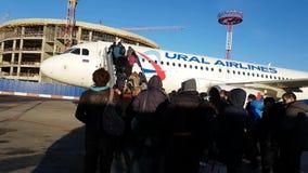 Passagiere, die auf den Flugzeugen der Fluglinie Ural Airlines verschalen stock video