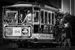 Passagiere, die auf Drahtseilbahn 24 in San Francisco erhalten stockbilder