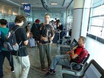 Passagiere, die auf Flug warten Stockbild