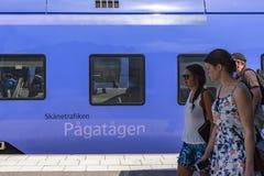 Passagiere, die blauen Zug Ystad Schweden führen lizenzfreies stockfoto