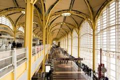 Passagiere, die durch einen hellen Flughafen gehen Lizenzfreies Stockbild