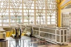 Passagiere, die durch einen hellen Flughafen gehen Lizenzfreies Stockfoto