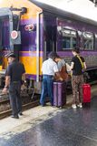 Passagiere, die durch Personal orm unterstützt werden stockfoto