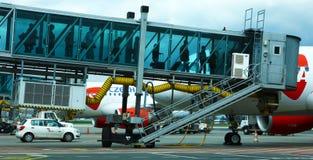 Passagiere, die ein Flugzeug in Prag-Flughafen besteigen Stockfotografie