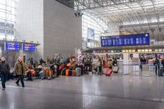 Passagiere, die in eine Abfahrthalle warten Lizenzfreie Stockfotos