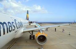 Passagiere, die Form ein Flugzeug Thomas Cook Airbuss A320 ausschiffen stockfotos