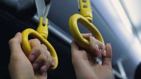Passagiere, die Handläufe in der U-Bahn oder in Bus, gehend, in der Hauptverkehrszeit zu arbeiten halten stock video