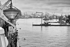 Passagiere, die im Gdynia-Hafen durch Fähre, Polen ankommen Lizenzfreie Stockfotografie