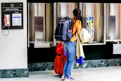 Passagiere, die mit Gepäck in einem Flughafen gehen Stockfotografie