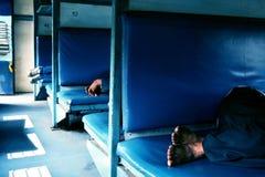 Passagiere, die Pause in der indischen Schiene machen Stockbilder
