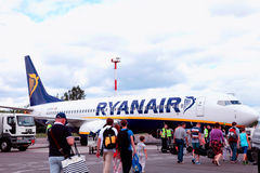 Passagiere, die Ryanair-Flug verschalen Lizenzfreie Stockfotos