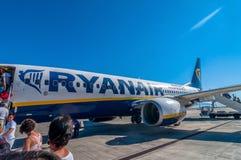 Passagiere, die Ryanair-Jet-Flugzeug in Palermo-Flughafen, Italien verschalen Stockbild