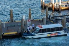 Passagiere, die tagsüber auf Taxiboot, eins von Sydney, Inspektion laden stockfoto