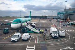 Passagiere, die vom Flugzeug ausschiffen lizenzfreies stockfoto