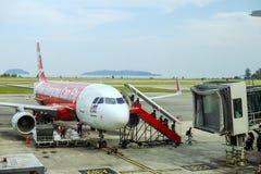 Passagiere, die von AirAsia-Flugzeug ausschiffen stockfotografie