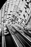 Passagiere, die vorbei auf die Rolltreppe überschreiten Stockfotos