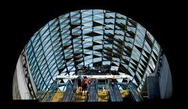 Passagiere, die vorbei auf die Rolltreppe überschreiten Stockfotografie