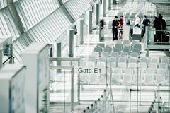 Passagiere, die zum Tor einchecken Lizenzfreie Stockfotografie