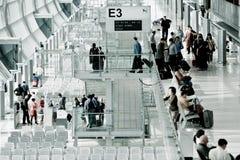 Passagiere, die zum Tor einchecken Stockfoto