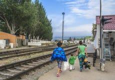 Passagiere, die zur Plattform des Bahnhofs kommen Lizenzfreie Stockfotografie