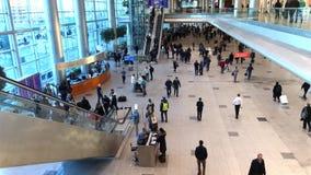 Passagiere in Domodedovo-Flughafen, ZoomZeitspanne stock video