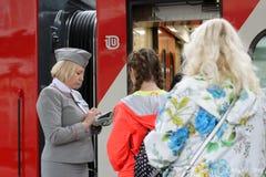 Passagiere am Doppeldeckerzug Mikhail Ulyanov Lizenzfreies Stockbild