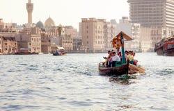 Passagiere in einem Wassertaxi in Dubai lizenzfreie stockfotos