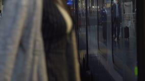 Passagiere gehen zum Zug am Bahnhof Rom, Italien 10 10 2017 stock video