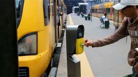 Passagiere hetzen zum Zug, validieren Karten, Fahrpreis, öffentliche Transportmittel stock video