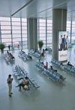 Passagiere im Wartebereich internationalen Flughafens Shanghais Hongqiao, Stockbild