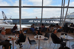Passagiere an internationalem Flughafen Aucklands Lizenzfreies Stockfoto