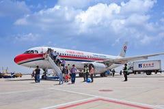 Passagiere kommen ein Flugzeug heraus, gerade gelandet auf internationalem ernstlichflughafen Pekings, China Lizenzfreies Stockbild