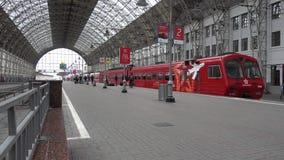 Passagiere kommen zu Kievskiy-Station mit dem Aeroexpress-Zug nachts stock footage