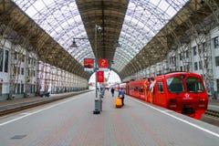 Passagiere kommen zu Kievskiy-Station mit dem Aeroexpress-Zug nachts Stockbilder