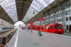Passagiere kommen zu Kievskiy-Station mit dem Aeroexpress-Zug nachts Lizenzfreies Stockfoto