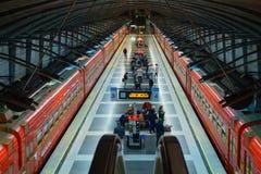 Passagiere kommen zu Kievskiy-Station mit dem Aeroexpress-Zug nachts Stockfoto