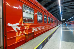 Passagiere kommen zu Kievskiy-Station mit dem Aeroexpress-Zug nachts Lizenzfreies Stockbild