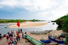 Passagiere Kreuzfahrtschiff-des Wartetierkreis-Bootes, zum zurück zu gehen zu versenden, Kodi, Sumba-Insel, Nusa Tenggara stockbilder