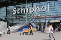 Passagiere an Schiphol-Flughafen, Amsterdam, die Niederlande lizenzfreies stockfoto