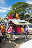 Passagiere sitzen auf einem Überlastungsfahrzeug in Neak Leung, Kambodscha Lizenzfreie Stockfotografie