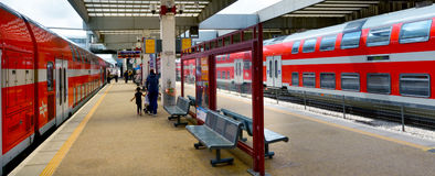 Passagiere in Telefon Aviv Savidor Central Railway Station Lizenzfreie Stockfotografie